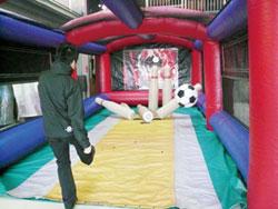 ゴム製のサッカーボールもありますので、ボールを蹴ってピンを倒すゲームも可能です。